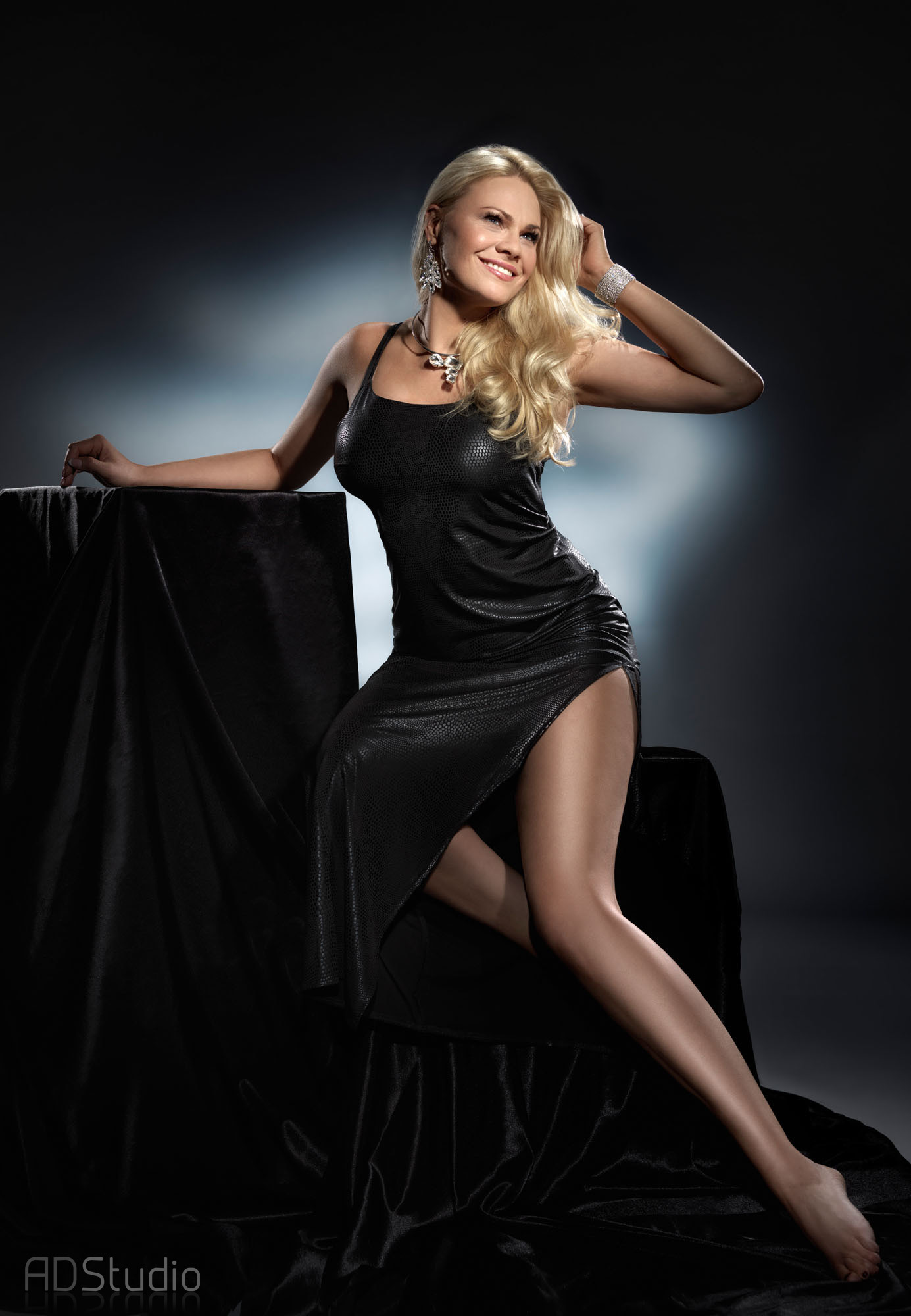 fotografia portretowa kobiety w czarnej sukni