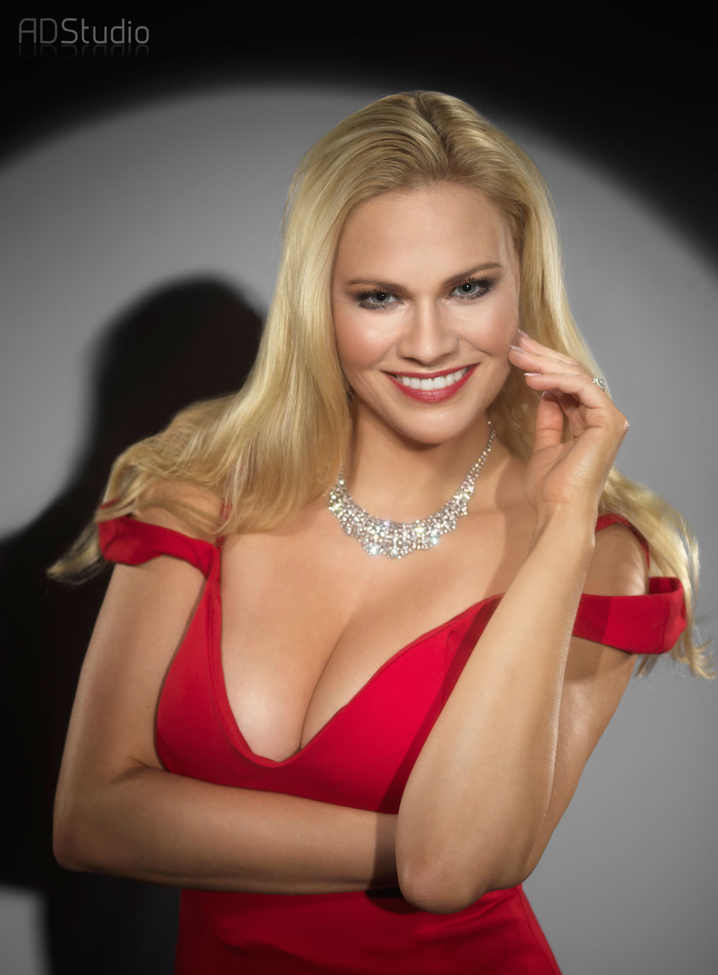 zdjęcie portretowe kobiety w czerwonej sukni wykonane w ADStudio Warszawa