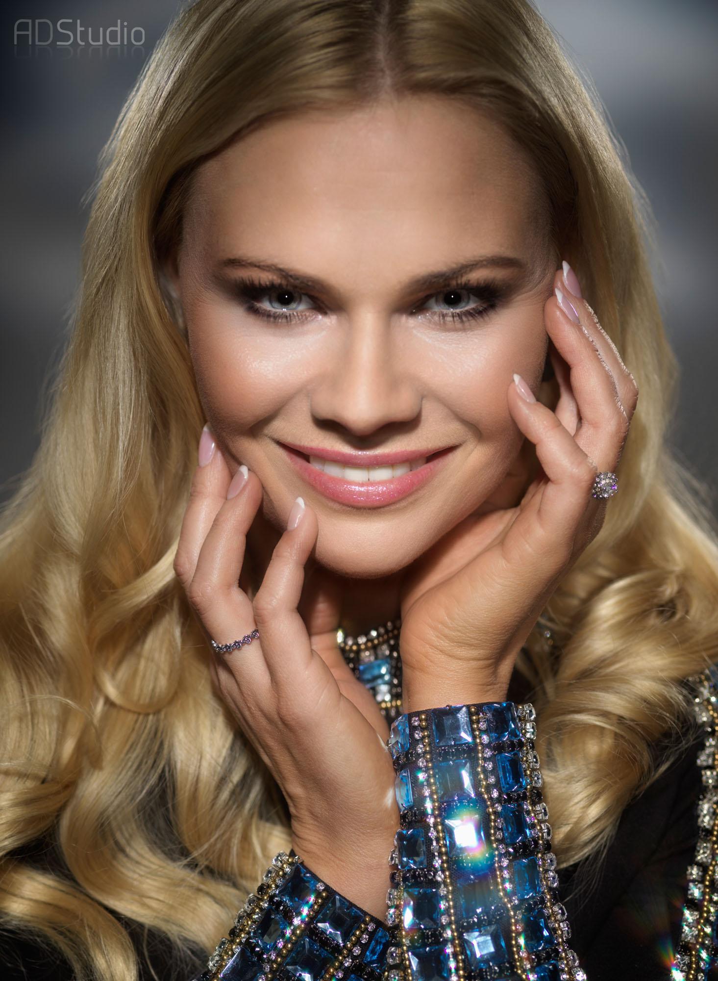 zdjęcie portretowe uśmiechniętej kobiety sesja zdjeciowa w ADStudio Warszawa