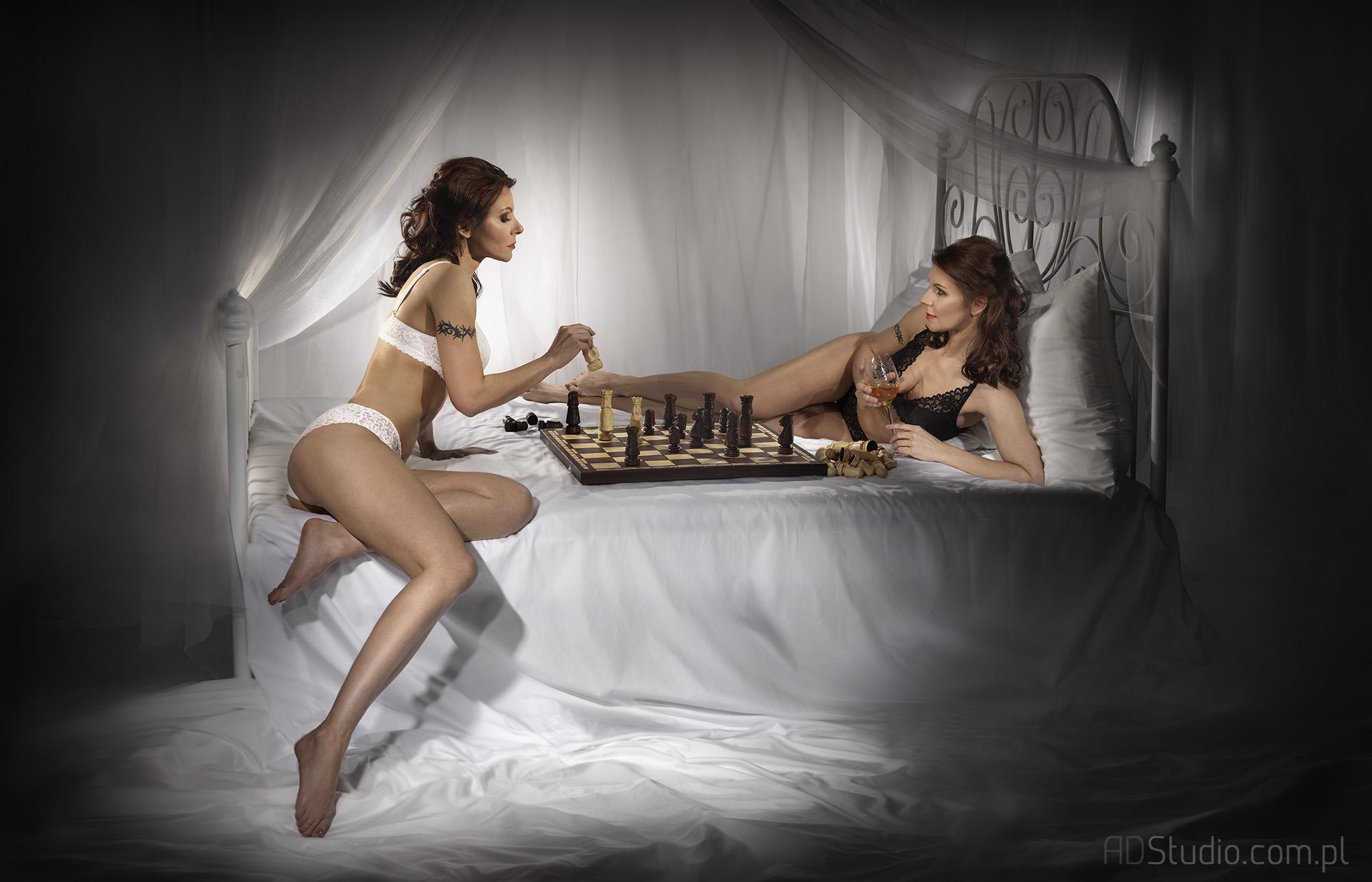fotografia studyjna kobieta gra sama ze sobą w szachy