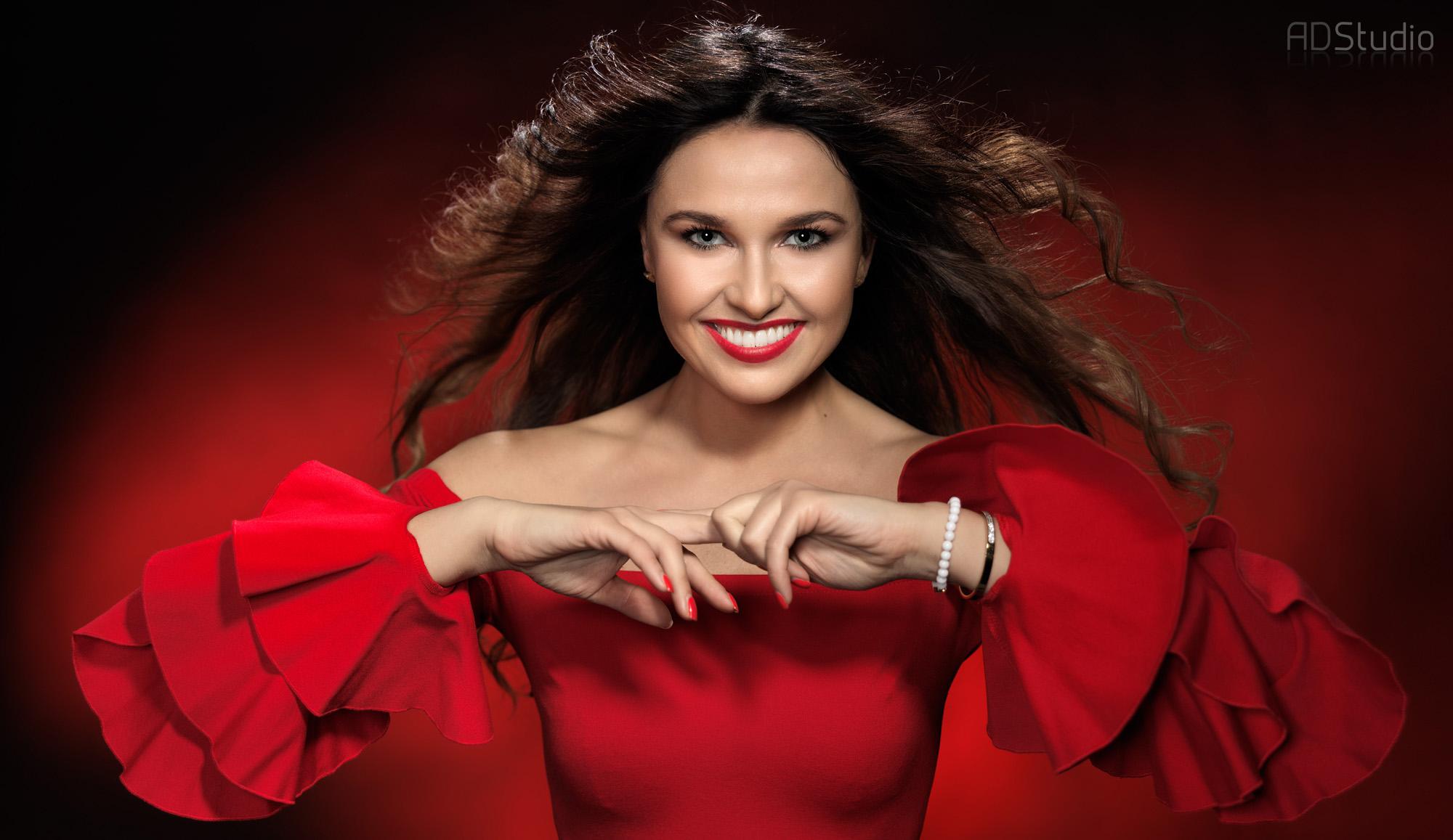 fotografia kobiety w czerwonej sukience