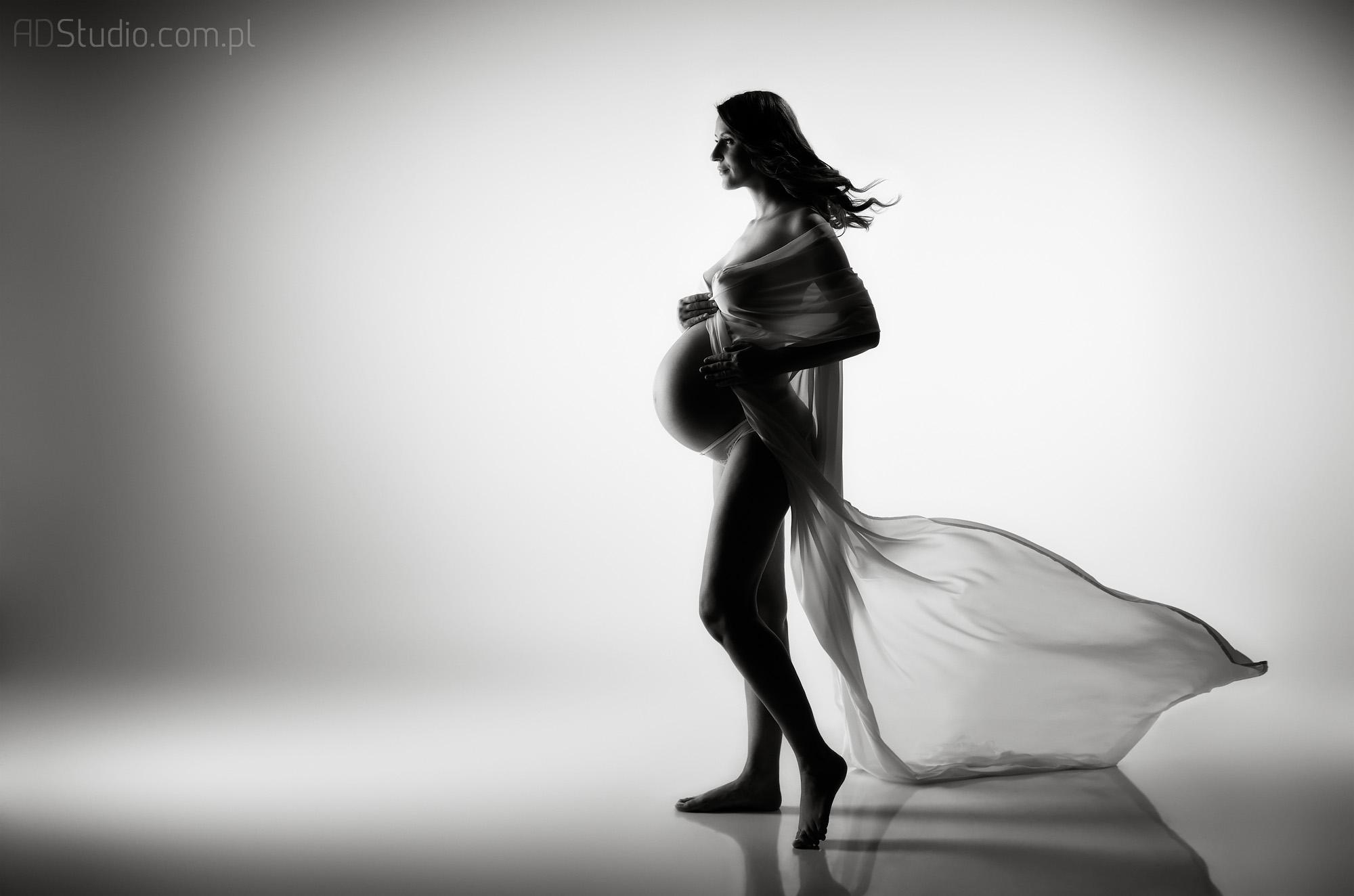 zdjęcie idącej kobiety w ciąży
