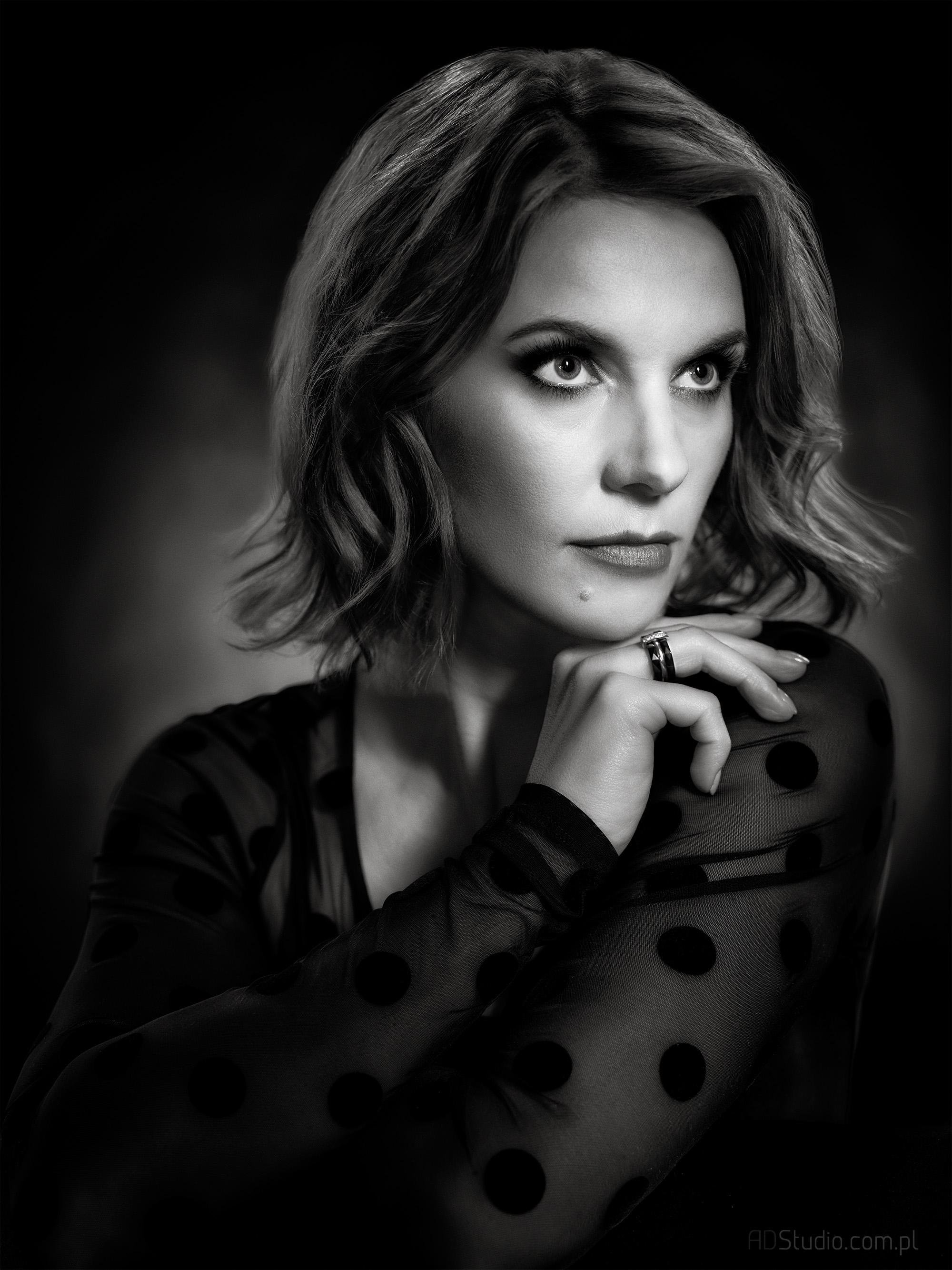 klimatyczny czarno-biały portret kobiety